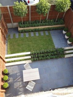 Minimalism is the reigning aesthetic in this meticulous outdoor space, designed by Hendy Curzon Designs Limited in Oxfordshire, England. Sculptural potted shrubbery provides textural contrast to th… Small Backyard Landscaping, Backyard Garden Design, Modern Landscaping, Patio Design, Landscaping Ideas, Desert Backyard, Stone Landscaping, Landscaping Melbourne, Backyard Gazebo