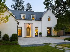 Anne Decker Architects, New Homes: Edgemoor House. I find this design to be influenced by Belgian residential architecture. White Stucco House, White Houses, Design Exterior, Stucco Exterior, Exterior Paint, Style At Home, Stucco Homes, Modern Farmhouse Exterior, French Exterior