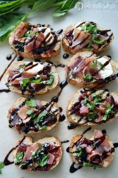 Bruschetta with serrano ham, fig and goat cheese - Cheese Recipes Bruschetta, I Love Food, Good Food, Yummy Food, Healthy Snacks, Healthy Recipes, Appetisers, Appetizer Recipes, Cheese Recipes