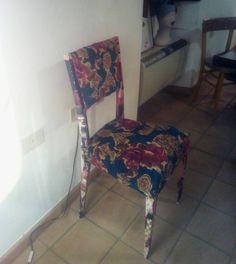 restyling su sedia con stoffa di una gonna e carta