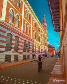 """Fotografía de viajes en Instagram: """"🗣 Cuéntenme ¿Con cual estilo arquitectónico se identifican?. ¿Son los románticos que les encanta ir al pasado o los modernos que disfrutan…"""" Louvre, Building, Travel, Instagram, Travel Photography, Bogota Colombia, Past Tense, Fotografia, Style"""
