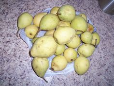 A simple recipe for homemade pear wine using basic ingredients.