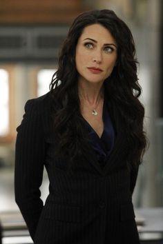 Rena Sofer in Bones. Rena Sherel Sofer est une actrice américaine née le 2 décembre 1968 à Arcadia, Californie (États-Unis).