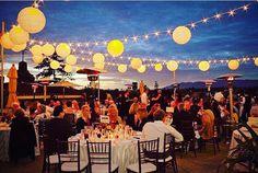 Leuke festival vibe met deze versiering. Prikkabels met lampjes met daartussen lampionnen. Garden wedding, outdoor wedding. Tuin huwelijk,  #lampion #weddingdecor #weddingideas #bride #love #decoration #trouwen #festival #marriage #events #bohemian #huwelijk #trouwinspiratie bruiloftsversiering Huwelijk ideeën lantaarn paper lanterns fête de mariage, Lanternes à papier, idées de mariage, lampions colorés, lampions blancs, lampion avec lampes à LED, décoration de mariage, bruiloftsborden