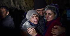 20151121 - Homem abraça os filhos emocionados pela chegada à ilha grega de Lesbos depois de cruzarem o Mar Egeu da Turquia. A ilha se tornou o principal ponto de chegada de refugiados sírios, paquistaneses e afegãos, que fogem de conflitos, na Europa. A travessia geralmente é feita em condições precárias, e muitos morrem no trajeto. PICTURE: Bulent Kilic/AFP