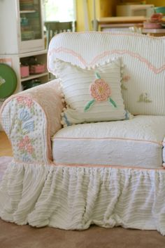 Custom Slipcovers by Shelley: Vintage Chenille Bedspread Slipcovers NEEEEEDD THIS! Custom Slipcovers by Shelley: Vintage Chenille Bedspre. Shabby Chic Cottage, Vintage Shabby Chic, Shabby Chic Homes, Shabby Chic Style, Shabby Chic Decor, Cottage Style, Muebles Shabby Chic, Custom Slipcovers, Chenille Bedspread