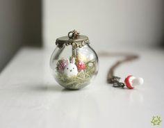 Este globo de vidrio está lleno de bondad mágico... el conejo y setas de colores son hechos a mano de arcilla y sentado en algún musgo de Reno. La
