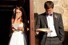 Una foto de la pareja antes de la boda, cada uno leyendo la carta del otro.