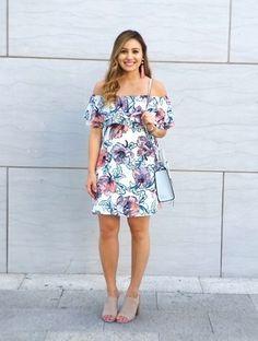 Ein Weißes Schulterfreies Kleid mit Blumenmuster vermitteln eine sorglose und entspannte Atmosphäre. Putzen Sie Ihr Outfit mit Hellbeige Wildleder Pantoletten.