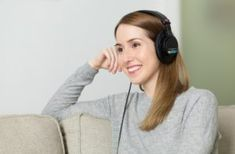 Find out why and how listening to music is good for your health in this awesome article from Ambient Mixer. Surprising facts about listening to music Wireless Headphones For Tv, Girl With Headphones, Best Headphones, Think Big, Basic German, Berliner Ensemble, Learning German, Teaching English, Learn English