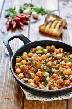 Ceci e melanzane in padella con sugo piccante Chickpeas and aubergines in a pan with spicy sauce Healthy Salad Recipes, Raw Food Recipes, Italian Recipes, Vegetarian Recipes, Cooking Recipes, Vegetarian Cooking, Spicy Sauce, Food Inspiration, Love Food