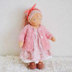 Купить или заказать Марьяна, вальдорфская кукла (35 см) в интернет магазине на Ярмарке Мастеров. С доставкой по России и СНГ. Материалы: Кукольный трикотаж, хлопок, шерсть…. Размер: 35 см
