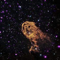 Quando a radiação e os ventos das jovens estrelas massivas se colidem com nuvens de gás frio, novas gerações de estrelas se formam. É o que ...