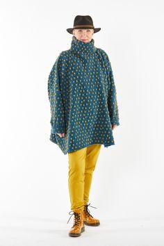 Poncho-Pullover aus Wolle und Baumwolle. Eine wunderschöne Alternative zum Pullover. Sehr weit geschnitten, lässiger Look, sehr gut kombinierbar. Gerade richtig für die kühlere Jahreszeit! Poncho Pullover, Bucket Hat, Hats, Design, Fashion, Ponchos, Casual Looks, Linen Fabric, Fashion Women