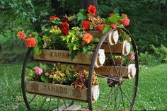 Wagon wheel flowers love it need one for front yard Rustic Gardens, Outdoor Gardens, Yard Art, Lawn And Garden, Garden Projects, Pretty Flowers, Garden Inspiration, Container Gardening, Flower Pots
