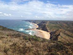 Algarve : où faire les plus belles randonnées ? - via Guide Evasion 27-10-2016   Très réputé pour ses plages, l'Algarve offre également de jolis sentiers de randonnée pour les marcheurs de tous niveaux. Voici 5 randonnées à ne pas manquer. #Portugal Photo: cote vicentine portugal