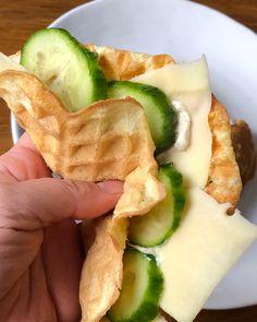 våfflor pannkaka rulle matpannkaka - äggvåffla med salami-mjukost, ost och gurka. Jag testade att steka en ägg-våffla i stekpannan, det gick bra men jag föredrar nog våffeljärn 👍🏻 . . .#lowcarb #lchf#ketomat#keto
