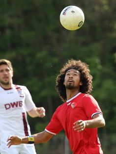 #LaVere #CorbinOng schaut auf den Ball.