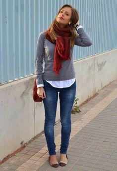Bufanda roja. Jeans azules. Sweater gris.