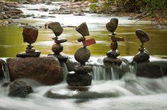 Michael Grab utilise des pierre qu'il empile les unes sur les autres en les gardant en équilibre sans rien utiliser pour les faire tenir en place.