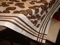 Toalha de mesa de tecido tricoline 100% algodão, com aplicações de barrado e viés.  Dimensões: 1.45 cm X 1.45 cm.
