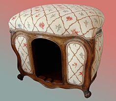 Pouf et Niche de luxe pour petit chien en bois teinté noyer, de style Louis XV, garnie façon tapissière en crin et recouverte de tissu d'ameublement. A partir de 1200 Euros. DIAGONALES DECORATION à CHATOU