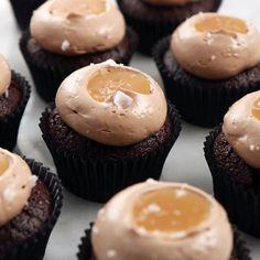 Får inte dessa chokladcupcakes med kolasmörkräm och kolasås dig upp ur sängen nej då vet vi inte vad! God morgon fredag  Recept i profilen Roy Fares, Cupcake Youtube, Delicious Chocolate, Dessert Recipes, Desserts, Cute Cakes, Mini Cupcakes, Scones, Amazing Cakes