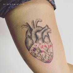 No início de 2017, precisei mudar algumas coisas no meu coração, que tatuei minimalista e delicado demais. Surgiu um desejo de volume, consistência, e procurei a Sindy pra me ajudar com isso. Ela, como outras mulheres na faixa dos 20, estão arrasando na tatuagem em Brasília, então achei por bem falar pra vocês ficarem de olho nelas – se é que já não estão. Sindy Brito tem um estúdio em Águas Claras e foi pelo instagram que me apaixonei pelo trabalho dela. Ela já desenhava muito bem quando…