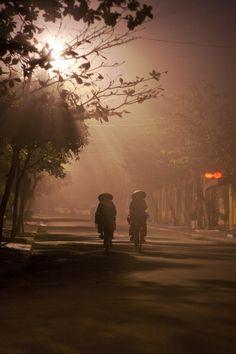 foggy night - Hoi An, Quang Nam Morning Sunrise, Foggy Morning, Vietnam Tours, Vietnam Travel, Hoi An, Bon Plan Voyage, Vietnam Voyage, Dark Backgrounds, Color Photography