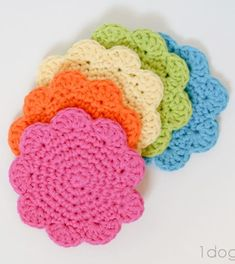Free pattern for crochet flower coasters.  Make a set for stocking stuffers.