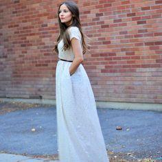 une robe longue en mousseline de coton à fleurs