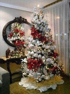 17 Adornos navideños para la entrada de tu casa y pasillos Beautiful Christmas Trees, Christmas Tree Themes, Christmas Mantels, Christmas Scenes, Christmas Love, Xmas Tree, Christmas Tree Decorations, Christmas Holidays, Christmas Wreaths