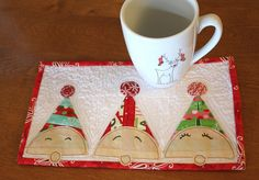 Mug Rug Christmas Mug Rugs, Christmas Patchwork, Christmas Sewing, Christmas Projects, Small Quilt Projects, Quilting Projects, Small Quilts, Mini Quilts, Quilted Coasters