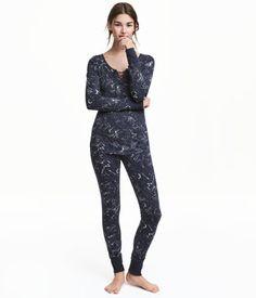 Tummansininen/Tähdet. Kaksiosainen trikoopyjama. Pitkähihaisessa puserossa on resori hihansuissa. Leggingseissä on joustovyötärö ja resori lahkeensuissa.