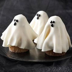 Cupcakes to make for Halloween. Click the picture to go to my article and see the variety of recipes for Halloween cupcakes. Halloween Desserts, Halloween Cupcakes, Halloween Torte, Bolo Halloween, Postres Halloween, Hallowen Food, Fete Halloween, Halloween Goodies, Halloween Ghosts
