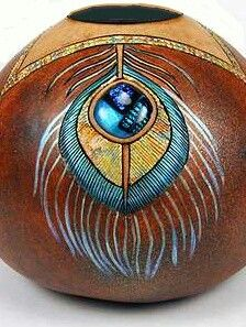 Inlay a piece of dichroic glass (provided) and create a striking peacock feather design on your gourd. Arizona Gourds Unique Southwestern Gourd Art by Bonnie Gibson Decorative Gourds, Hand Painted Gourds, Art Diy, Wood Burning Patterns, Art Carved, Feather Design, Gourd Art, Native Art, Art And Craft