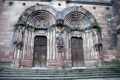 Catedral de Estrasburgo. Brazo meridional (1210-1225, decorado en 1235) portada dedicada al tránsito de la virgen (izq) y la coronación (dicho.), muy alteradas en las restauraciones del s. XIX.