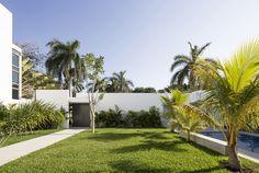 Prächtiges Haus Entworfen durch Augusto Quijano Arquitectos in Yucatan, Mexiko - Haus dekoration Family Den, Garden Design, House Design, Home Planner, Courtyard House, Outdoor Rooms, Palm Trees, Swimming Pools, Living Spaces