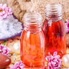 Badezusätze selber machen: Badeschaum mit Blütenduft - Anleitung: Shampoo und Essig in ein hohes Gefäß geben, mit einem Schneebesen gründlich ...