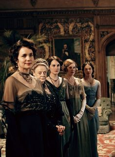 Elizabeth McGovern, Maggie Smith, Michelle Dockery, Laura Carmichael and Jessica Brown Findlay in Downton Abbey (TV Series, 2010).
