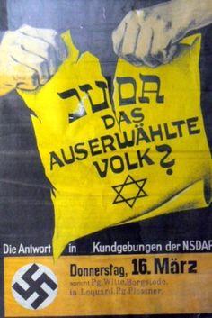 """Ein Plakat, auf dem zwei starke Hände ein gelbes Blatt mit der Aufschrift """"Juda das auserwählte Volk"""", einem Davidstern und einem hinzugesetzten Fragezeichen zerreißen. Darunter steht die Ankündigung einer Kundgebung der NSDAP am 16. März (1939) in Loquard. Diese Veranstaltung war Teil einer von der NS-Partei im Kreis Norden-Krummhörn organisierten großen Welle von 57 zeitgleichen Kundgebungen."""