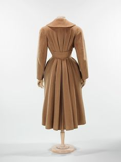 For Sale on - Breathtaking Charles James Couture documented 'Chesterfield' princess coat dating back to his 1952 collection. Charles James was a British-born Vintage Fashion 1950s, Vintage Couture, Mode Vintage, Vintage Vogue, Retro Fashion, Edwardian Fashion, Fashion Fashion, Vintage Style, Charles James