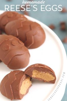 Reese's Chocolate Peanut Butter Egg Recipe - Fabulessly Frugal These peanut butter Easter eggs taste just like Reese's peanut butter cups! Reese Peanut Butter Eggs, Peanut Butter Recipes, Chocolate Peanut Butter, Homemade Peanut Butter Eggs Recipe, Reeses Peanut Butter Filling Recipe, Easter Peanut Butter Eggs, Desserts Menu, Easy Desserts, Dessert Recipes