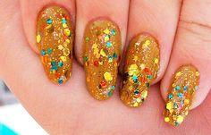 Diseños de uñas con piedras de cristal, diseño de uñas con piedras oro.  Más unasdecoradas.club! #uñasbonitas #nails #uñasdemoda