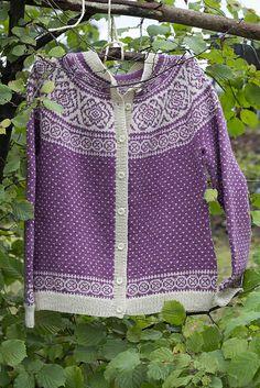 Vær oppmerksom på at mva. legges til prisen for norske kunder. Darning, Hand Knitting, Knitting Ideas, Knit Patterns, Ravelry, Knit Crochet, Pullover, Purple, Sweaters