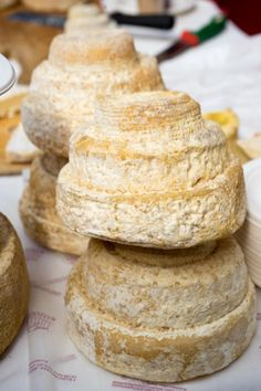 Montebore сыр (редкий коровьего и овечьего молока сыр по форме напоминает свадебный торт, который был создан Бенедиктинские монахи в 12 веке)