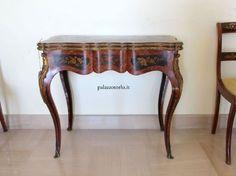 Epoca: Seconda metà dell'Ottocento  Tavolo da gioco finemente intarsiato e con applicazioni in bronzo. 86 x 44 h 78 cm.