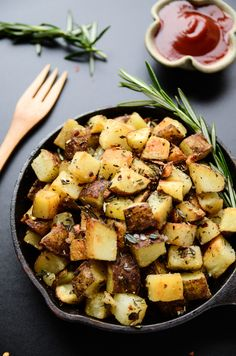 These crispy vegan breakfast potatoes are all that and a touch more thanks to a simple but flavor-packed drizzle of garlic-herb oil. The garlic-herb oil is a splash of olive oil that's been heated >>Read more<< Vegetarian Breakfast, Vegan Breakfast Recipes, Vegetarian Recipes, Healthy Recipes, Alkaline Breakfast, Garlic Recipes, Breakfast Bake, Potato Recipes, Brunch Recipes