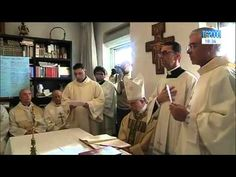 Don Salvatore dedica la sua prima benedizione da sacerdote a Papa Francesco