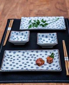 SUSHI SET FLOR AZUL-BLANCO 4 PIEZAS + 2 PARES PALILLOS #vajilla #dishes #platos #sushi #diseño #regalos #sculpture #porcelain #homedecor #decoracion #decoration #porcelain #japan #fashion